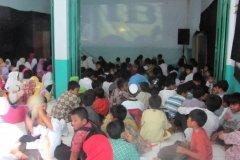 siswa-sdt-bina-ilmu-menyaksikan-film-religi-di-sekolah